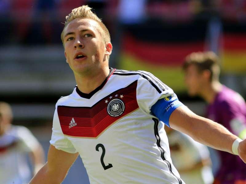 Video Borussia Dortmund Starlet Impresses With Chewing Gum Trick Goal Com