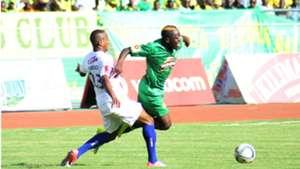 Kiungo mkabaji wa Azam FC Himid Mao akimdhibiti Mshambuliaji wa Yanga Malimi Busungu