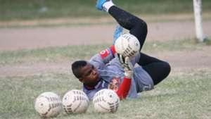 Kipa wa Simba, Peter Manyika Jr katika mazoezi.