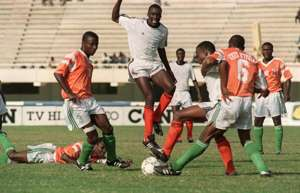 Zambian players playing against Ivory Coast in Afcon 1992