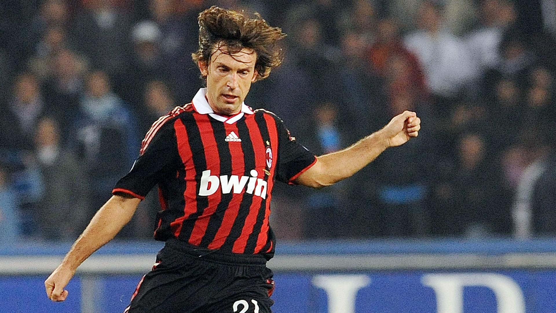 Andrea Pirlo cobrando falta em jogo do Milan