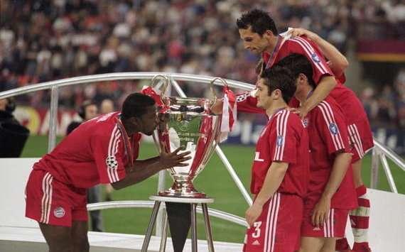Samuel Kuffour 2001 Champions League final Bayern Munich trophy