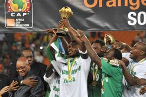 Joseph Yobo lifts Afcon trophy