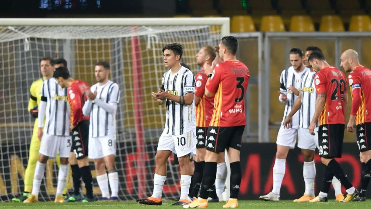 Juventus players applaud - cropped