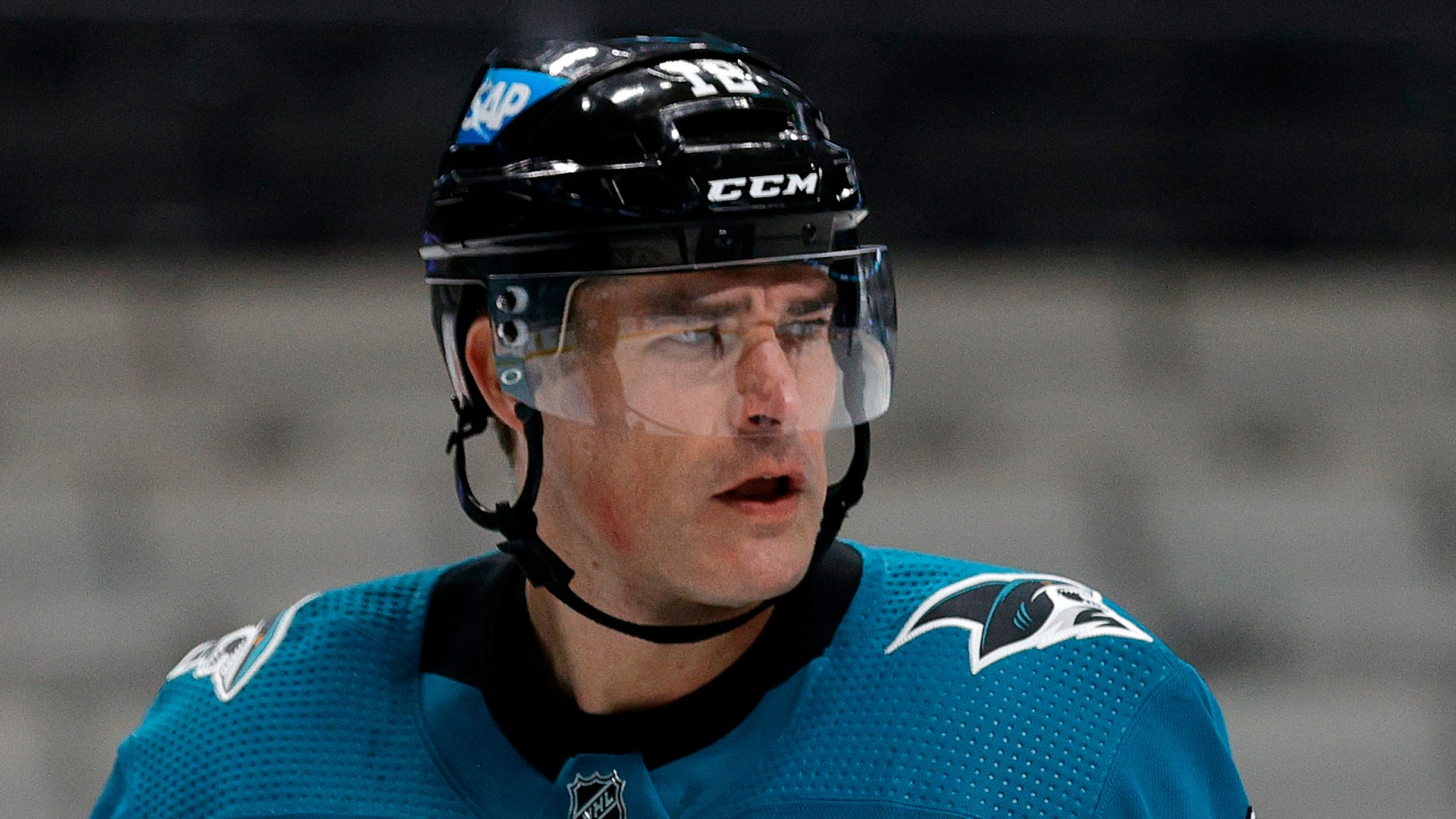 Sharks' Patrick Marleau receives (grammatically incorrect) gloves to commemorate 1768th NHL record-breaking game