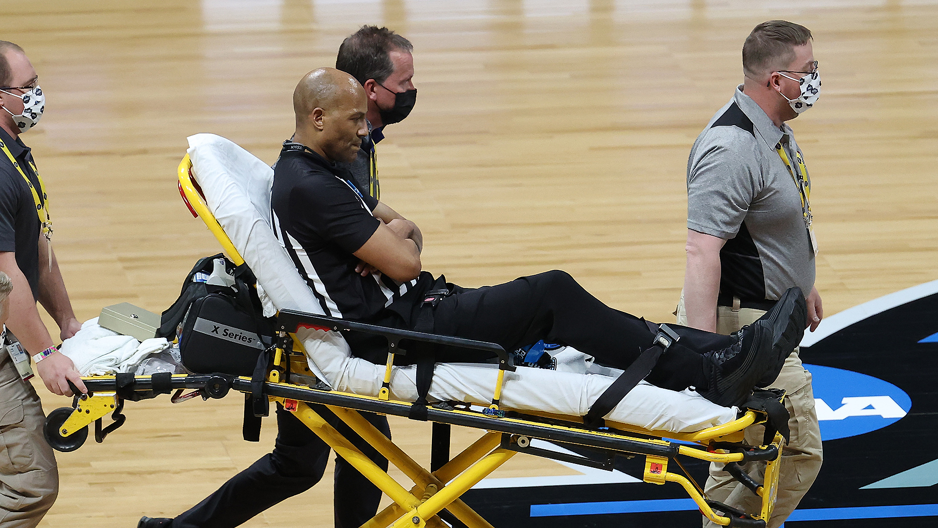 NCAA Championship official Bert Smith has fallen, he is driven to the stretcher in the Gonzaga-USC Elite Eight game