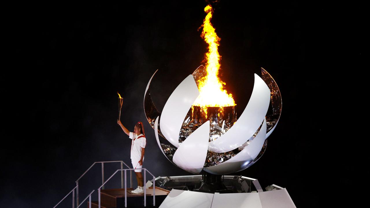 国立競技場の聖火台に聖火を灯した大坂なおみ