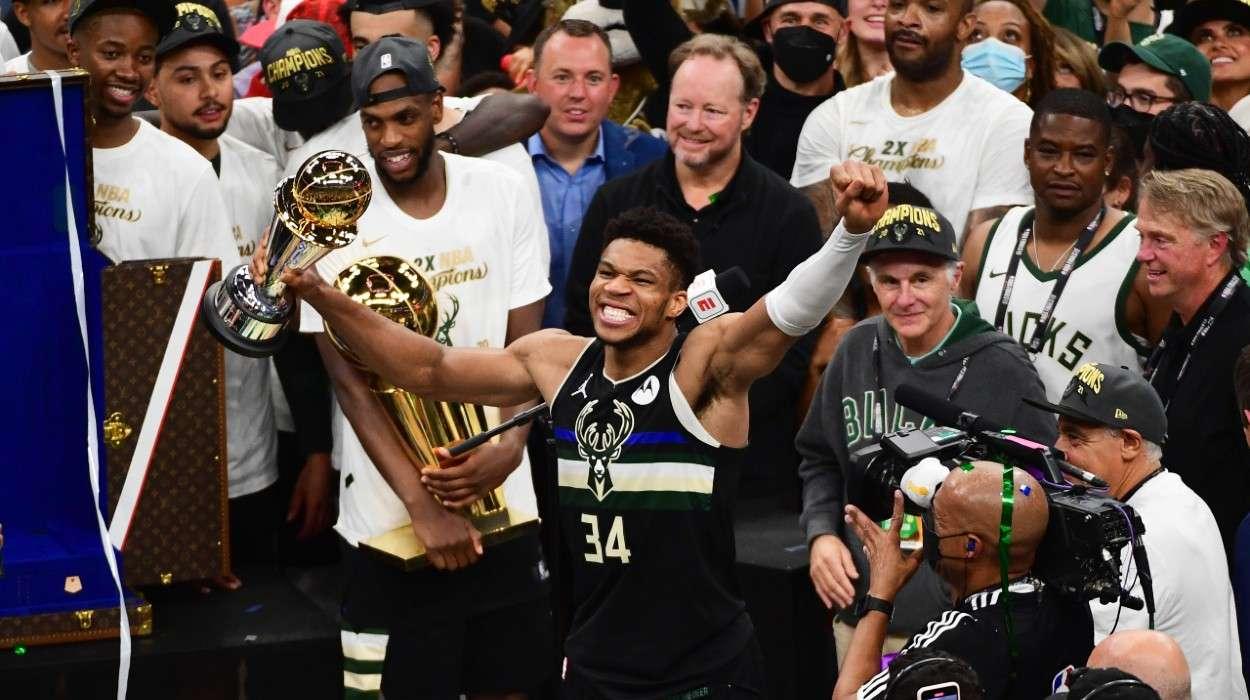 Khris Middleton Milwaukee Bucks Giannis Antetokounmpo
