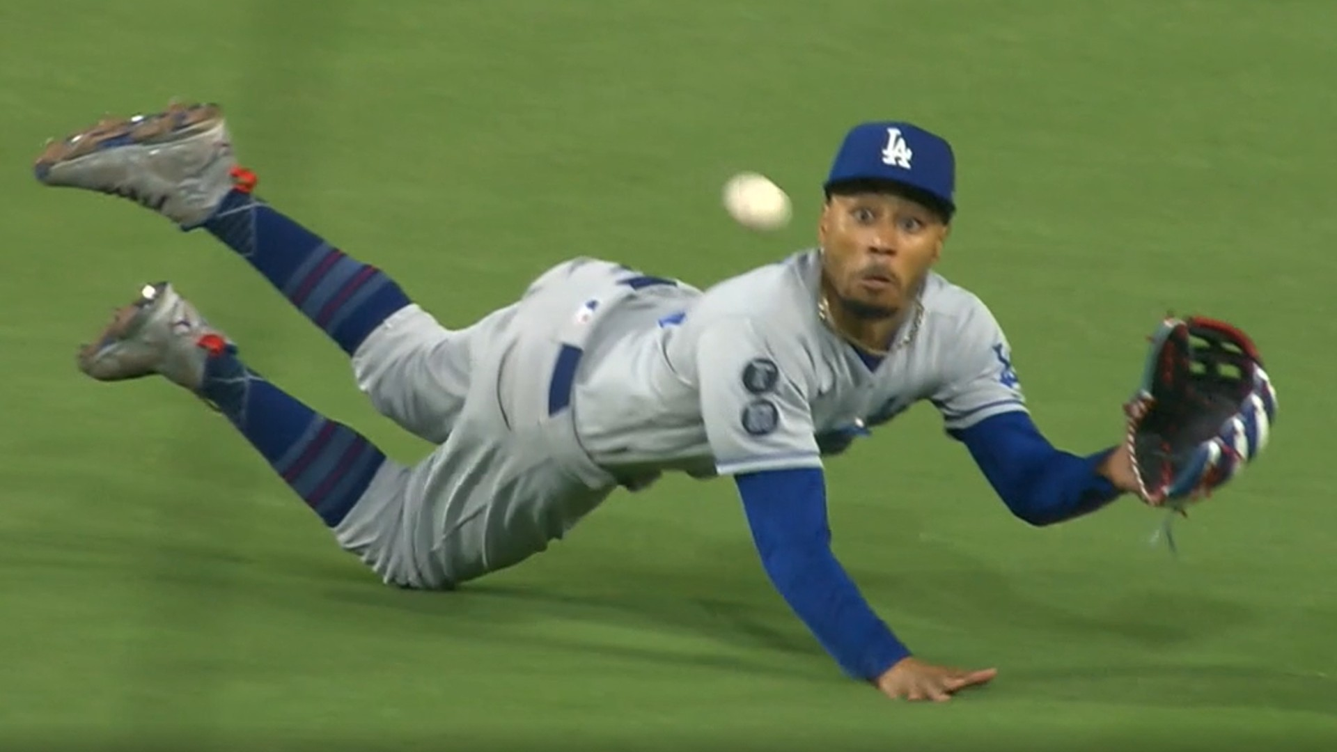 Mookie Betts diving saves the Dodgers from another strain the Padres have gained