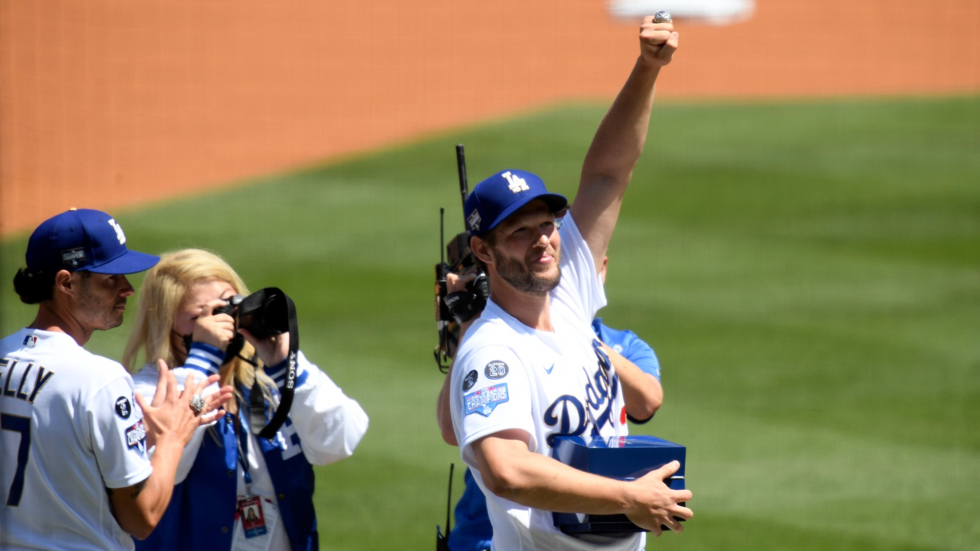 At the Dodgers' ring ceremony, Bronson Arroyo praises Walker Buehler for singing 'Wonderwall'