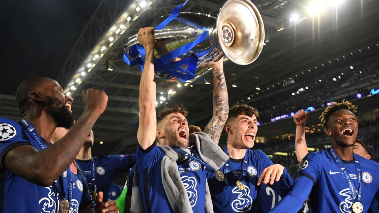 Christian Pulisic - Chelsea trophy hoist