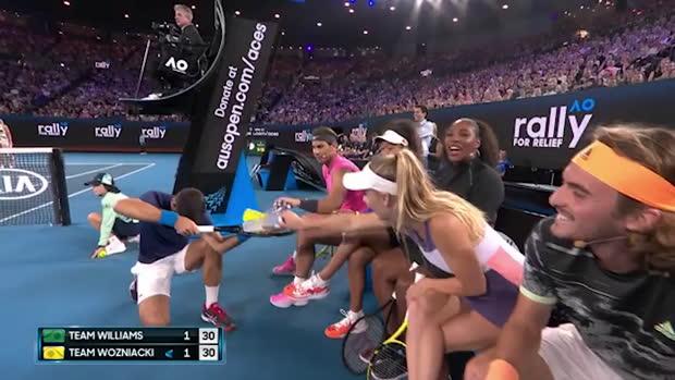 : Exhibition - Tweener de Wozniacki, Djoko le clown, huit sur le court - les stars du tennis unies pour l'Australie